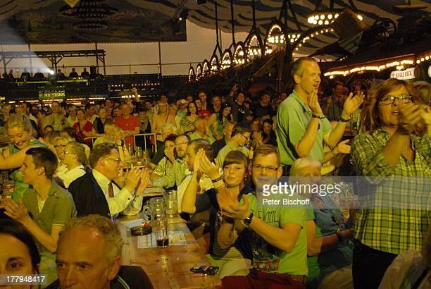 Jubelnde Fans von H e i n o Konzert während Mit freundlichen GrüßenTour Bayernzelt †berseestadt Bremen Deutschland Europa Zelt Festzelt Tournee...