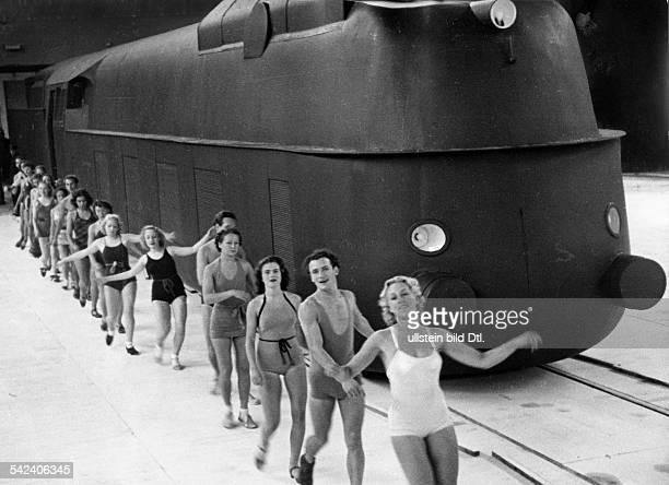 Jubiläumsfestspiel der Reichsbahn in der Deutschlandhalle zum 100jährigen Bestehender Eisenbahn BerlinPotsdam Eine Schnellzuglokomotive rast in der...