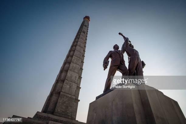 juche tower and workers' party monument in pyongyang, north korea - comunismo fotografías e imágenes de stock