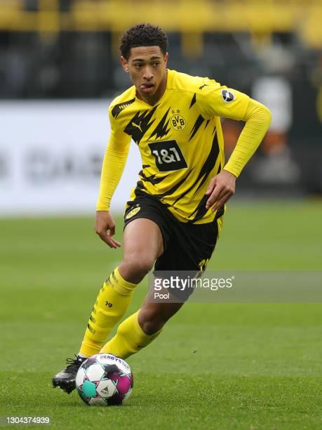 Jude Bellingham of Borussia Dortmund runs with the ball during the Bundesliga match between Borussia Dortmund and DSC Arminia Bielefeld at Signal...