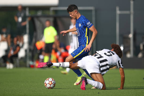 Jude Soonsup-Bell of Chelsea and Félix Nzouango Bikien of Juventus during a UEFA Youth League match between Juventus and Chelsea at JTC Continassa -...