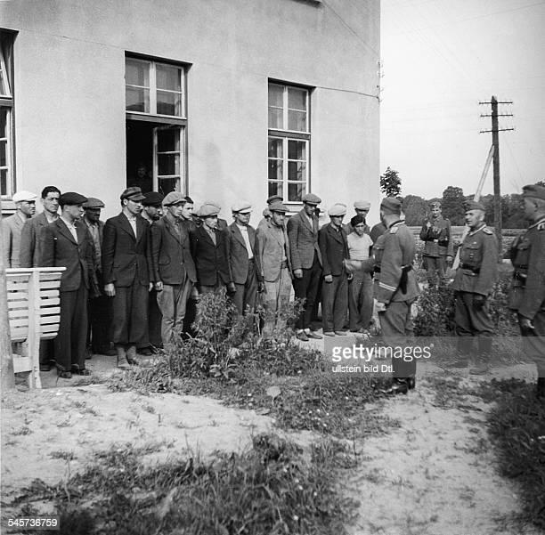 Juden werden in Neustadt/Litauen zurZwangsarbeit herangezogen Juni 1941