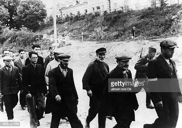 Juden werden unter Bewachung zurZwangsarbeit gefuehrt Litauen Juli 1941