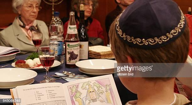 Judentum SederAbend die juedische Gemeinde liest die Haggadah NurfürredaktionelleVerwendung