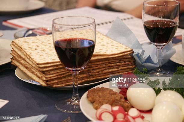 Judentum SederAbend symbolische PessachSpeisen hinten das ungesaeuerte Brot