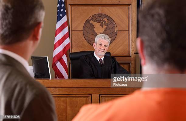 Juge dans une salle de tribunal