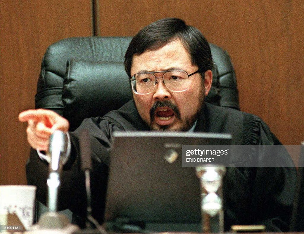Judge Lance Ito points to and yells at defense att : Nachrichtenfoto