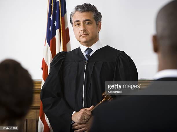 judge standing in front of defendants and lawyers - verteidiger jurist stock-fotos und bilder