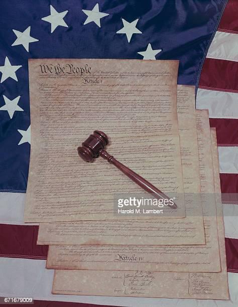 judges gavel on american flag  - westers schrift stockfoto's en -beelden