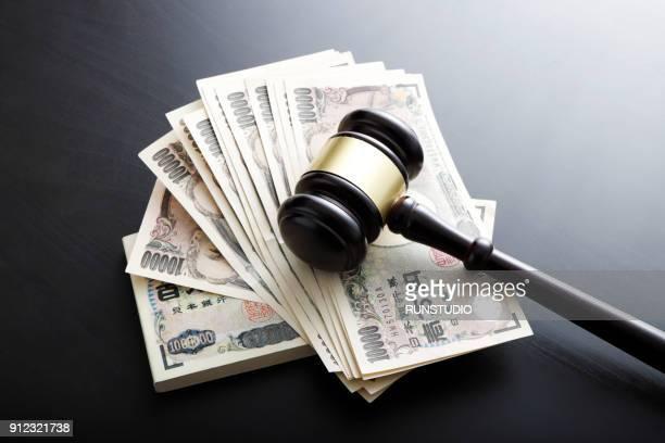 judge's gavel on money - bestrafung stock-fotos und bilder