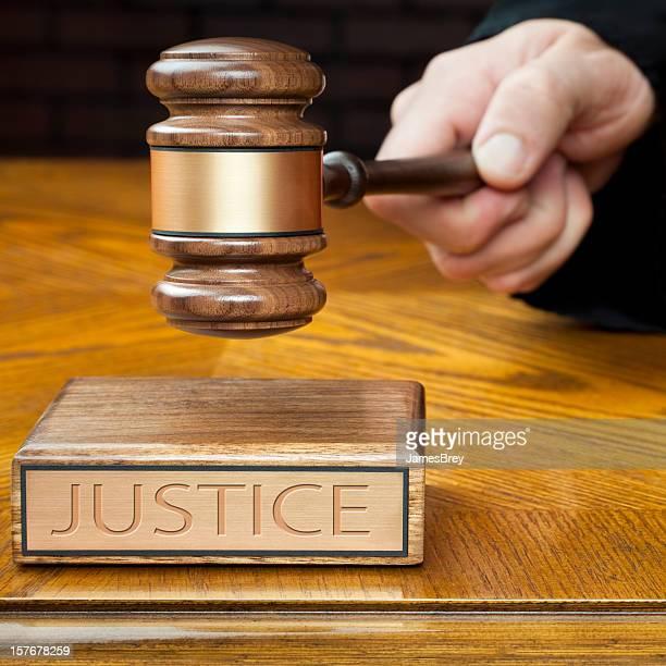 Judge's Hand stampfenden Hammer zur Verwaltung Gerechtigkeit