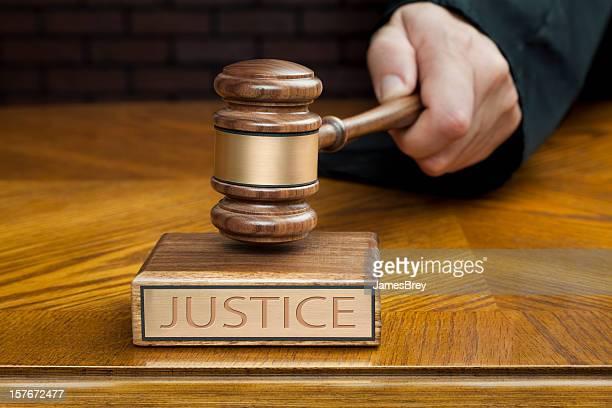 Juiz de mão críticas Martelo de Juiz para terminar ensaio Sala de Tribunal