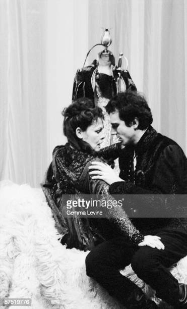 Judi Dench as Gertude with Daniel Day-Lewis in the title role in a National Theatre production of 'Hamlet', London, 1989.