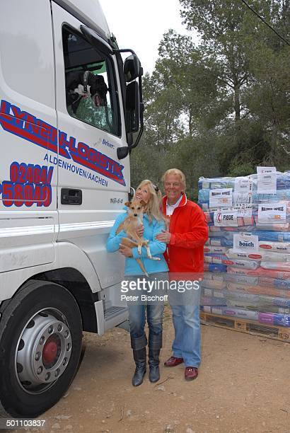 Judith und Ehemann Mel Jersey Tierheim SOS Animal Calvia Mallorca Spanien Europa Hund Tier Futter Ehefrau Lkw VolksmusikSänger Sängerin Promi MW E...