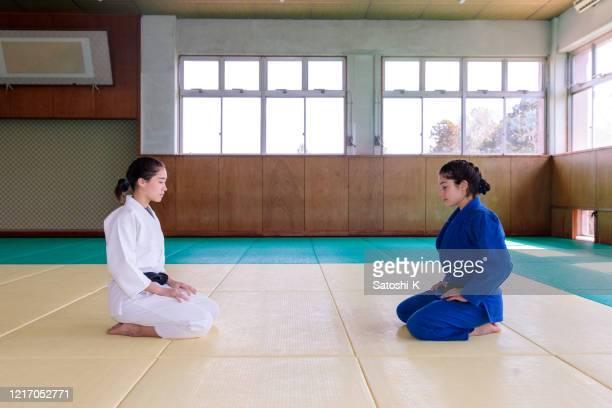 athlètes de judo s'asseyant sur des talons avant le match - judo photos et images de collection
