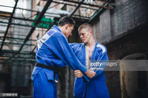 柔道家の着物での戦闘 - 柔道 ストックフォトと画像