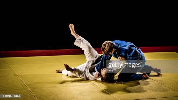 judo sparring am boden - frauen ringen stock-fotos und bilder