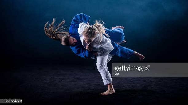 黒の背景に投げる柔道 - 柔道 ストックフォトと画像