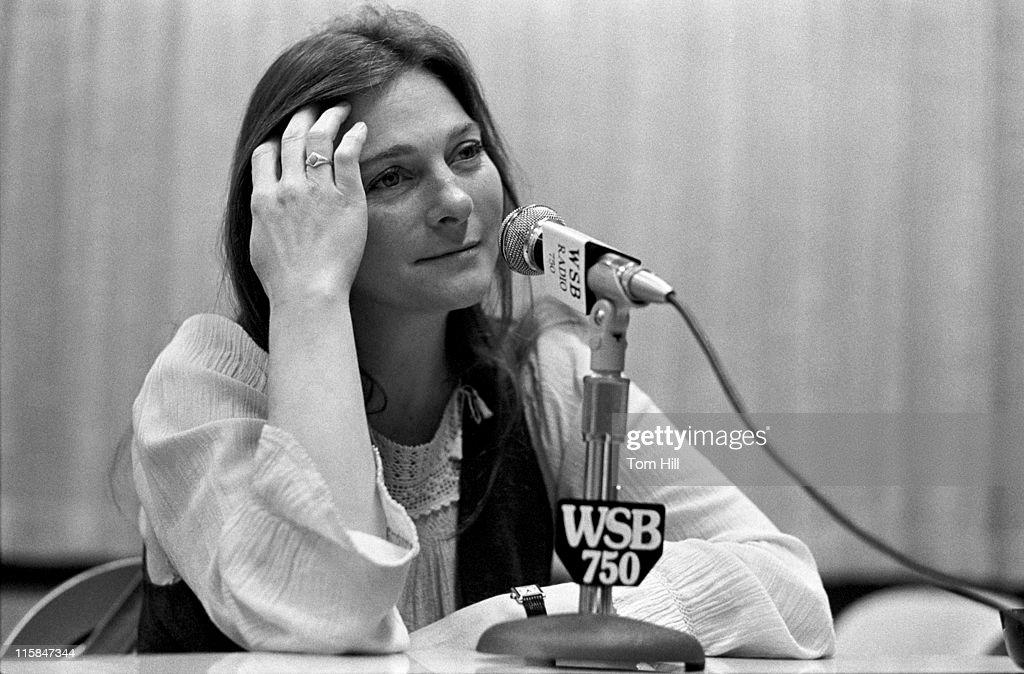 """Judy Collins Visits WXIA's """"Atlanta A.M."""" - May 6, 1975 : News Photo"""