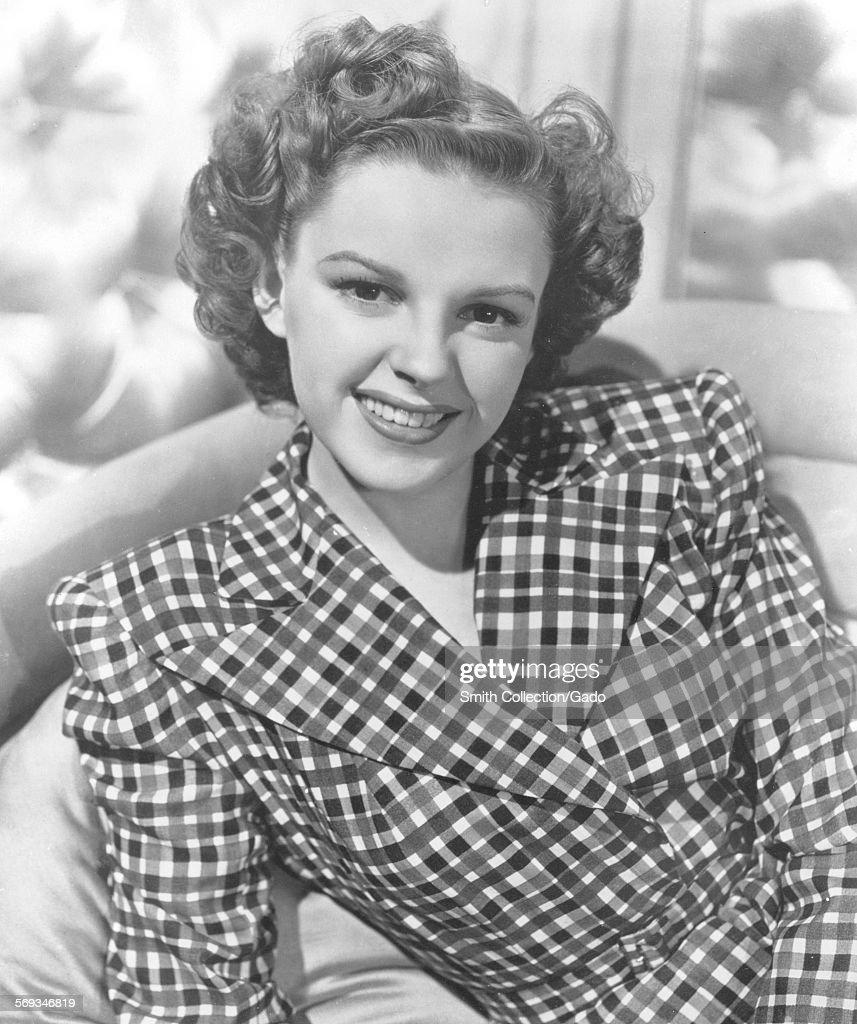 Judy Garland Lounging : News Photo