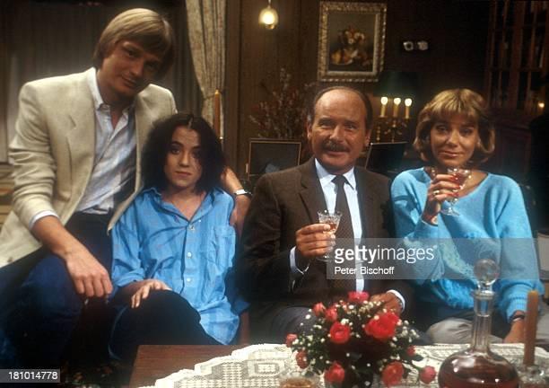 Judy Winter Frank Muth Anja Jaenicke Reinhard Glemnitz ZDFFilm Unser Haus reicht nur für drei Wohnzimmer Sofa Sitzen Glas Trinken Schauspieler...