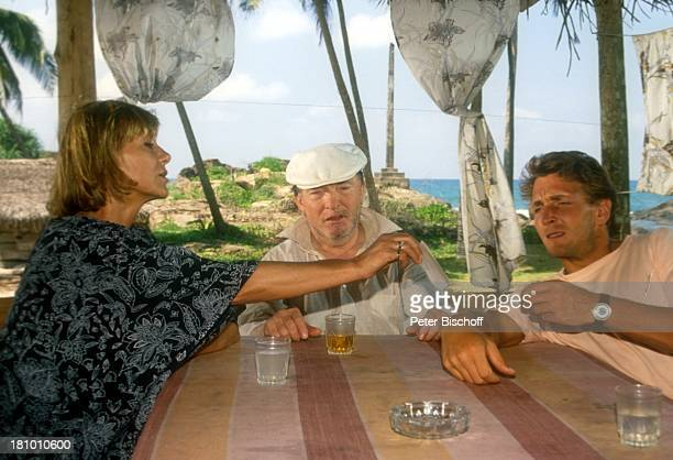 Judy Winter Peter Sodann Mark Keller ARDSerie Sterne des Südens Sri Lanka/Indischer Ozean/Asien Bar Strandbar Tisch Glas Trinken Reden Gespräch...