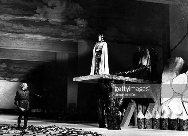 Juergen FehlingJürgen FehlingGustaf GruendgensGustaf Gründgens Schauspieler und Regisseur D Szenenbild aus `Richard II' von Shakespeare mit Gründgens...