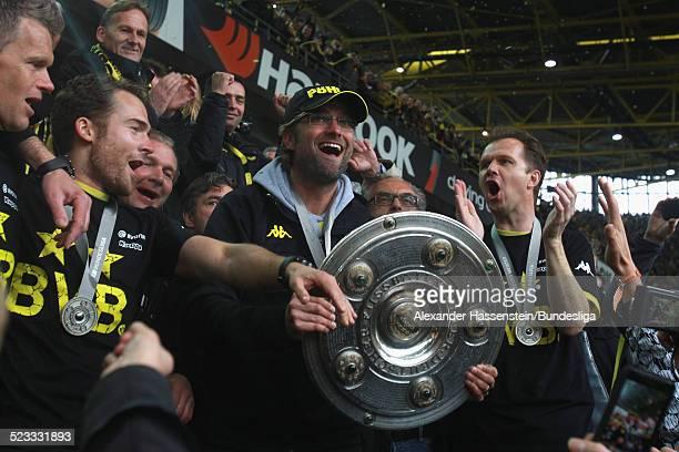 Juergen Klopp Trainer des BVB Borussia Dortmund feiert den Gewinn der Deutschen Meisterschaft 2011/2012 nach dem Bundesligaspiel zwischen Borussia...