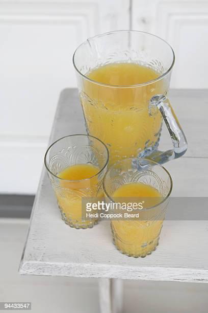 jug and glasses of orange juice - heidi coppock beard - fotografias e filmes do acervo