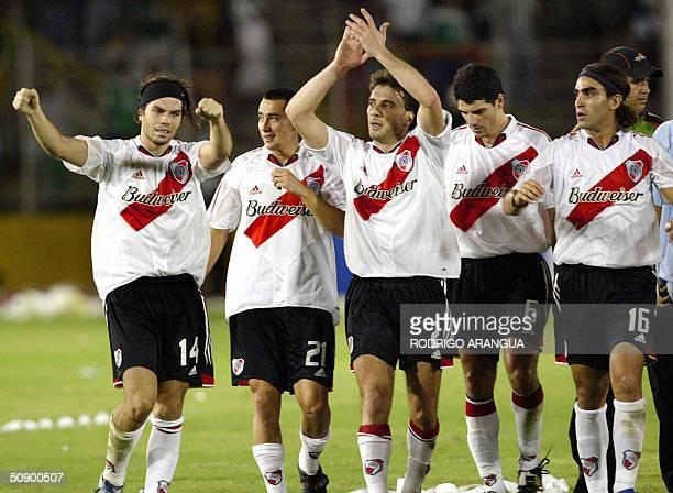 Jugadores del club River Plate de Argentina celebran tras ganar el partido disputado el 26 de mayo de 2004 ante Deportivo Cali en el estadio Pascual...