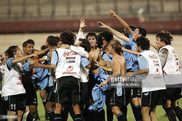 Jugadores uruguayos celebran su victoria ante Colombia por 10 al final del partido de la ronda final del Subamericano sub17 en Maracaibo Venezuela el...