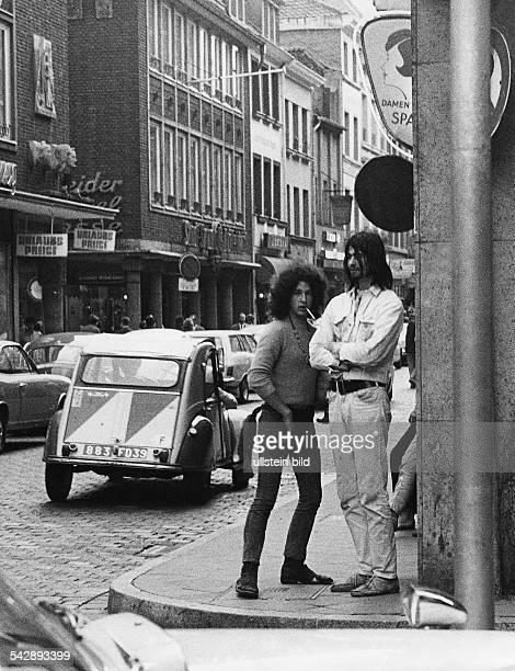 Jugendliche an einer Strassenkreuzung in einer Grossstadt
