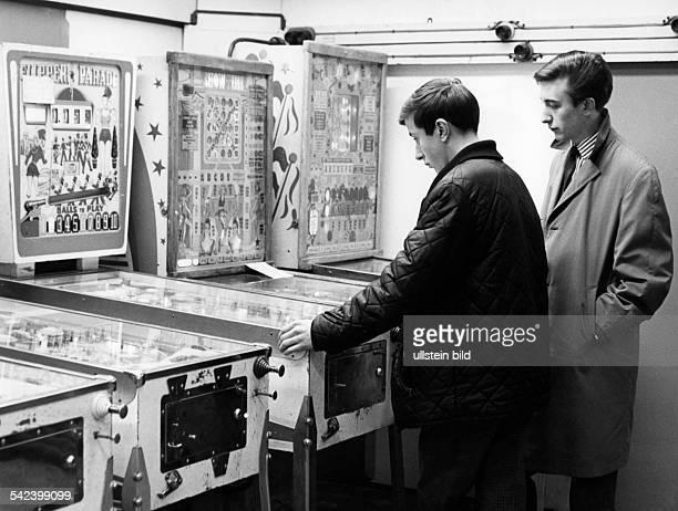Jugendliche an FlipperAutomat 1967