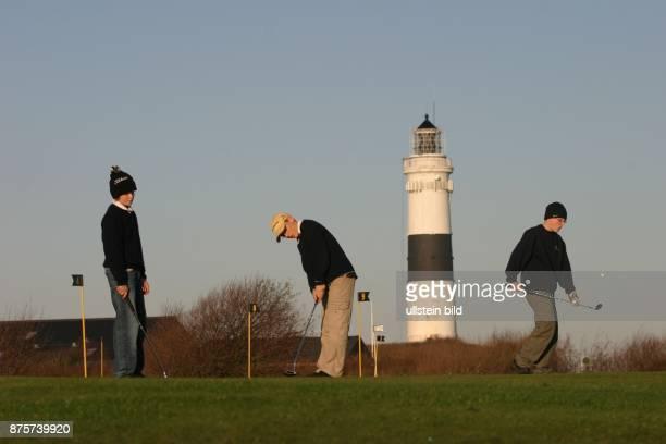 Jugendliche auf dem Golfplatz von Kampen Im Hintergrund der Leuchtturm von Kampen auf Sylt