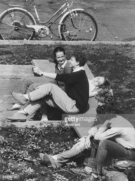 Jugendliche auf einer Bank vor der Technischen Universität in Berlin1983