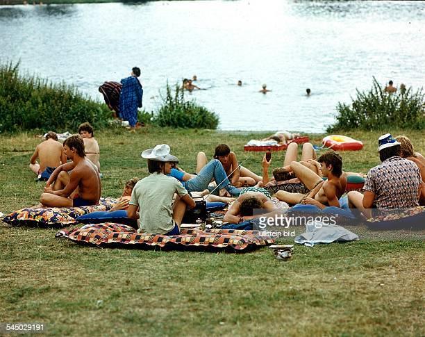 Jugendliche auf einer Wiese an derTalsperre Pirk- 1978