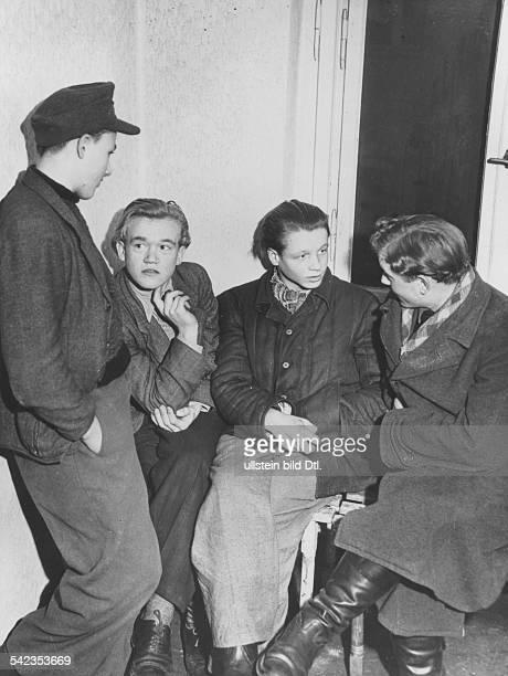 Unterkunft für Flüchtlinge aus Aue in einem ehemaligen Luftschutzbunker in Berlin LankwitzBild 2 Jugendliche die bei der Wismut im Uranbergbau...