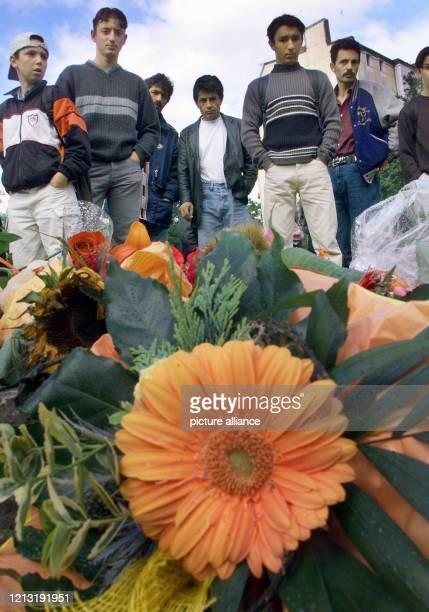 Jugendliche haben am 27.6.2000 im Hamburger Stadtteil Wilhelmsburg Blumen auf die Stelle gelegt, wo am Tag zuvor der sechsjährige Volkan von zwei...