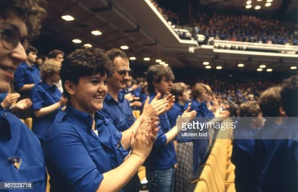 Jugendliche im Blauhemd der FDJ applaudieren im Palast der Republik in Berlin aufgenommen im Mai 1985 beim XII Parlament der Freien Deutschen Jugend