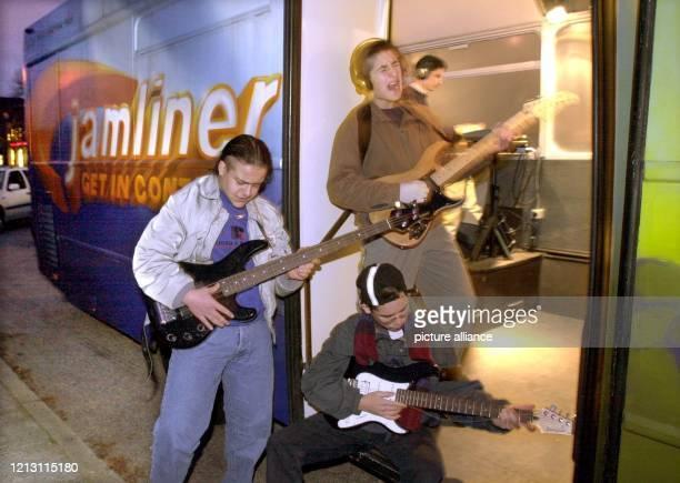 Jugendliche musizieren vor dem Musikmobil des MusikSchulVereins Hamburg Jamliner Der ehemalige Linienbus der unterdessen schallisoliert und mit einem...