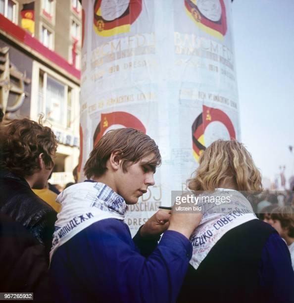 Jugendliche signieren ihre Halstücher auf dem Deutsch-Sowjetischen Jugendfestival in Dresden, aufgenommen im Oktober 1970. In Dresden fand im Oktober...