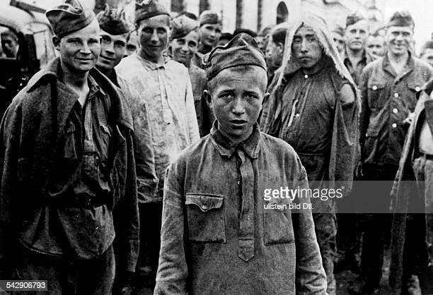 Jugendliche sowjetische Soldaten die in Kriegsgefangenschaft geraten sind bei Charkow September 1943Kindersoldat Erschienen in Berliner Illustrirte...