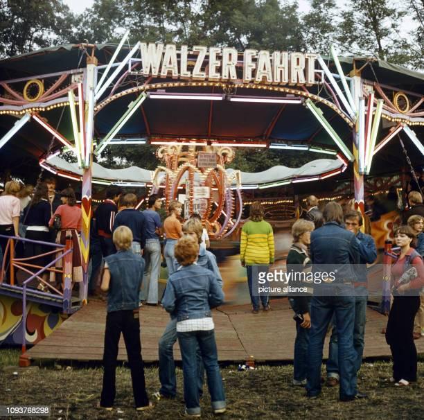 Jugendliche vor einem Karussell einer sogenannten Walzer fahrt auf dem Dittersbacher Jahrmarkt einer der größten BauernJahrmärkte im Bezirk Dresden...
