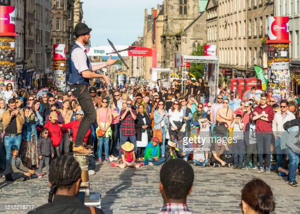 エディンバラ・フェスティバルでロイヤルマイルで剣をジャグリング - エジンバラ国際フェスティバル ストックフォトと画像