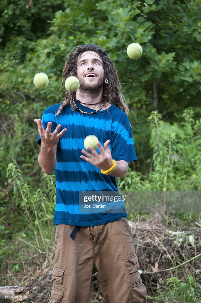 Juggling tennis balls at the Rainbow Gathering : Stockfoto