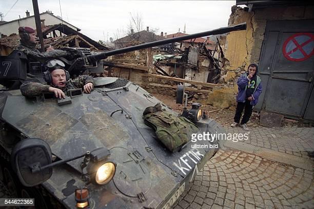Jugoslawien, Kosovo, Prizren - Bundeswehr-Soldaten in einem Wiesel-Panzer waehrend einer Patrouille - 2000