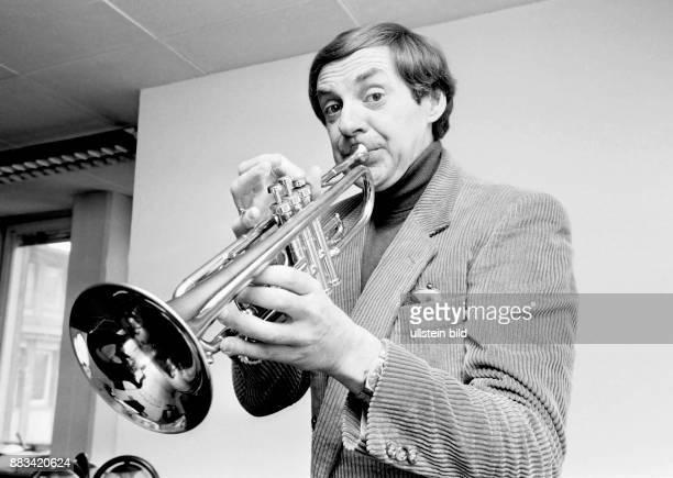 Juhnke Harald * Schauspieler Entertainer D spielt Trompete im 'Studio Hamburg'