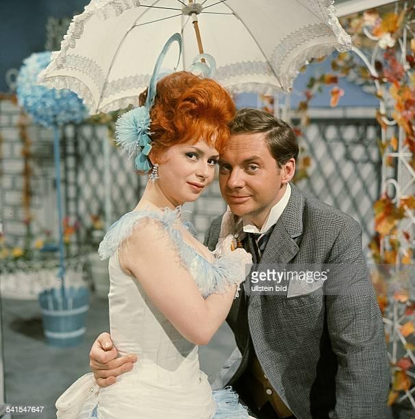 Juhnke Harald *Schauspieler Entertainer D mit Chariklia Baxevanos in dem Musical 'Champagnerlilly' nach Hans Borgelt 1965