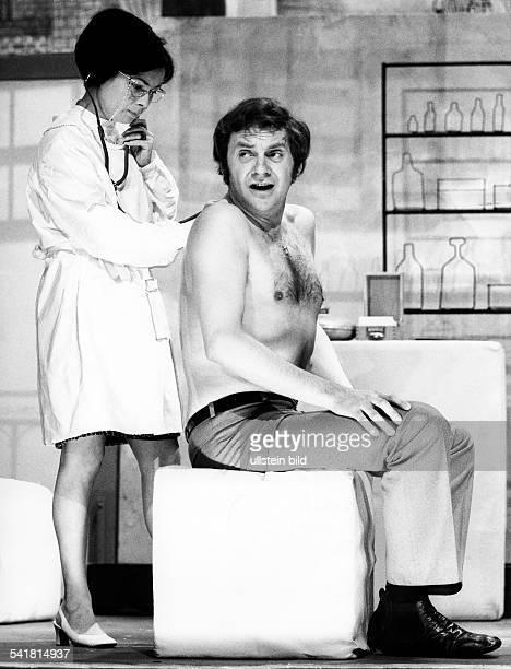 Juhnke Harald *Schauspieler Entertainer D mit Chariklia Baxevanos in der Komoedie 'Alfie'von Bill Naughton im Hansa Theater Berlin 1971
