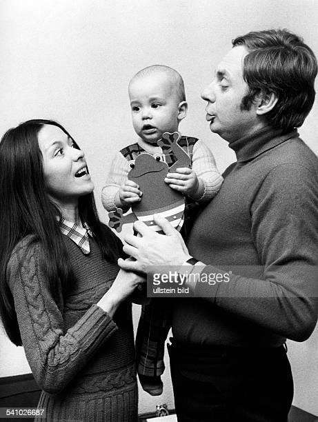 Juhnke Harald *Schauspieler Entertainer D mit Ehefrau Susanne Hsiao und Sohn OliverMarlon 1974